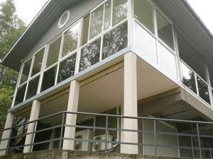 LAsitettu terassi rakennuksen toisessa kerroksessa