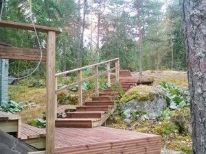 maastoon rakennetut rappuset painekyllästetystä puusta